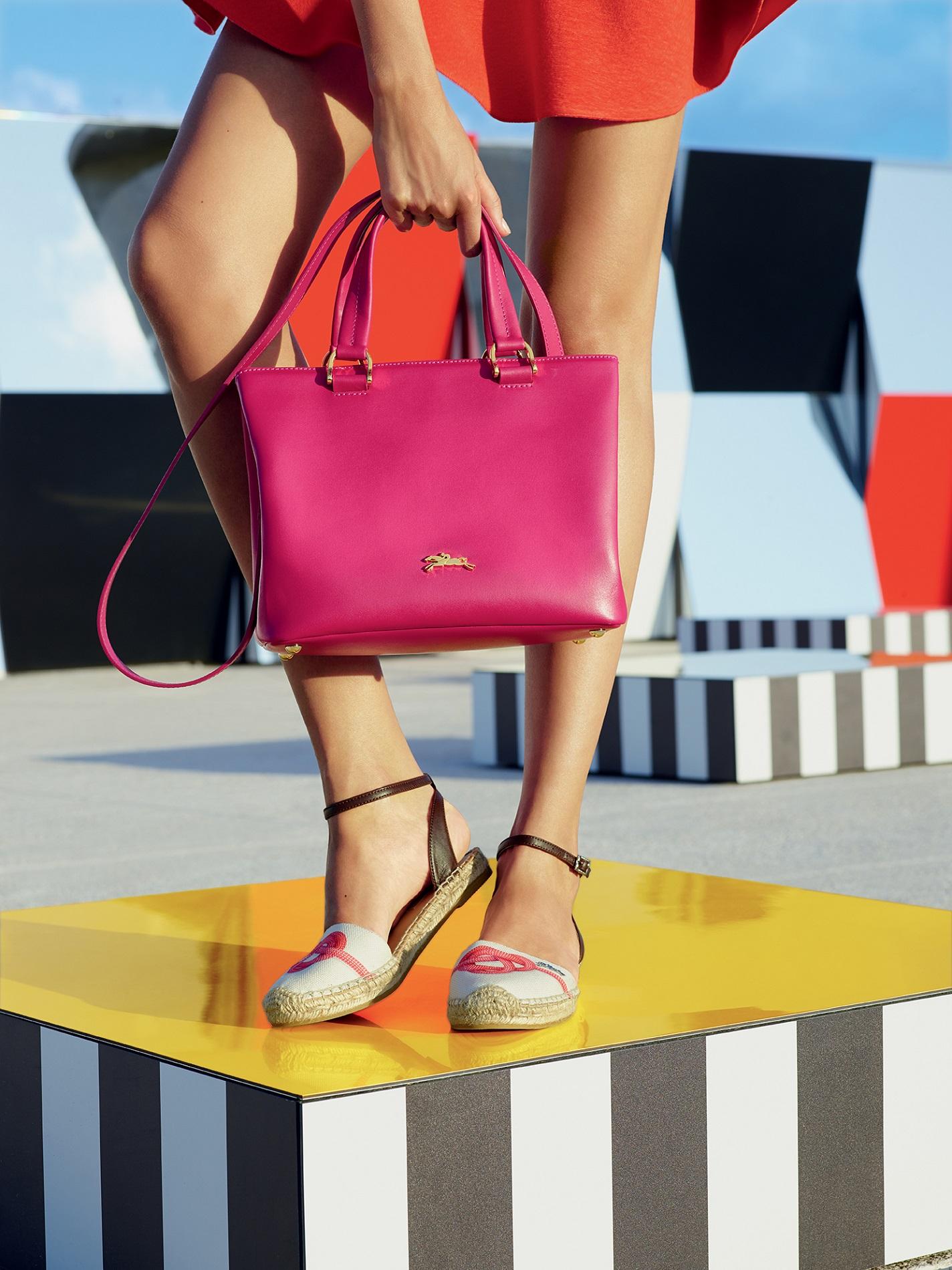 2. Longchamp Honoré 404,搶眼的桃紅色輕而易舉成為眾人注目的焦點