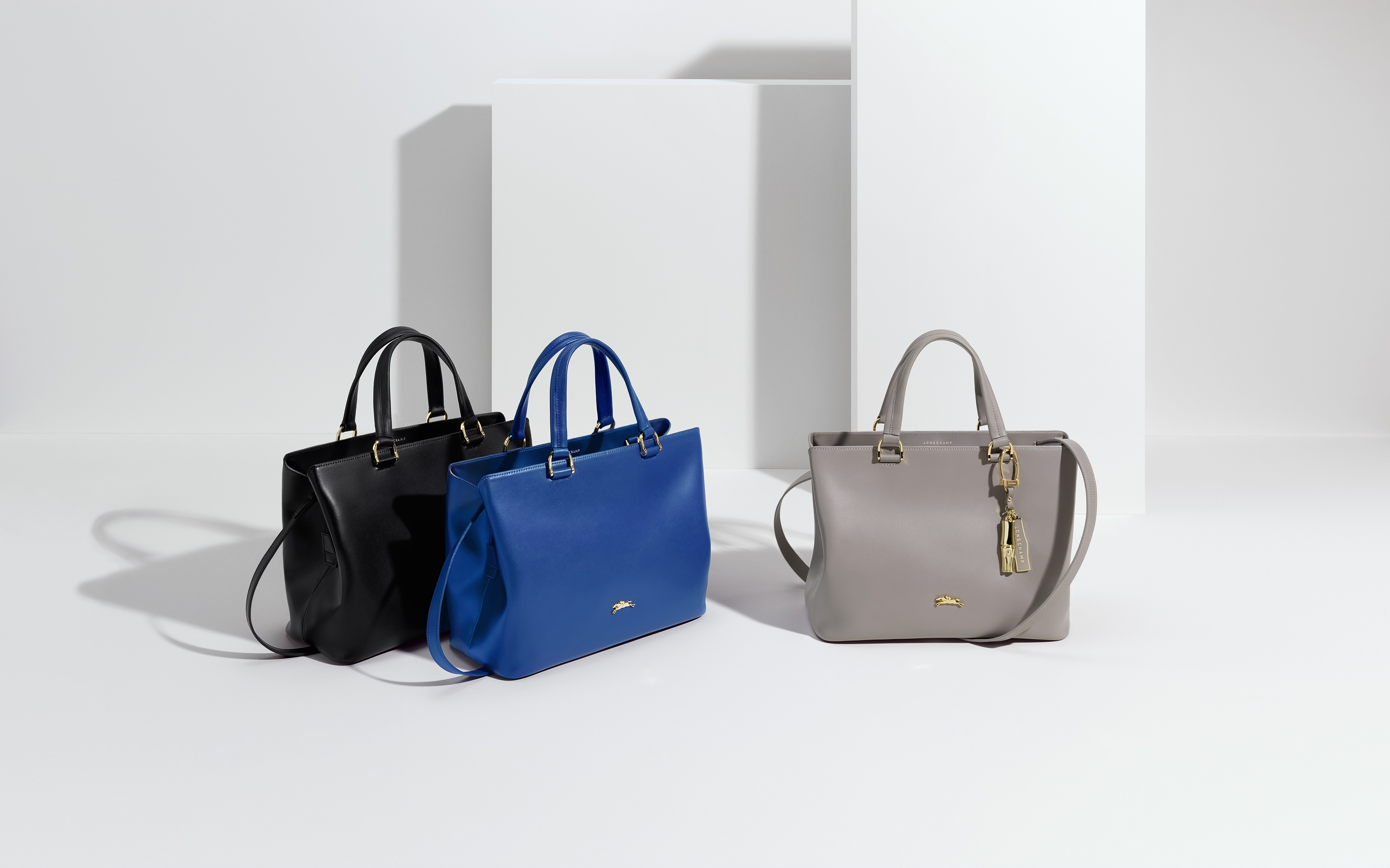 5. Longchamp Honoré 404 (經典黑、電光藍、褐灰色) NT22,700(大)、NT20,600(小)、金色竹節掛飾NT3,400