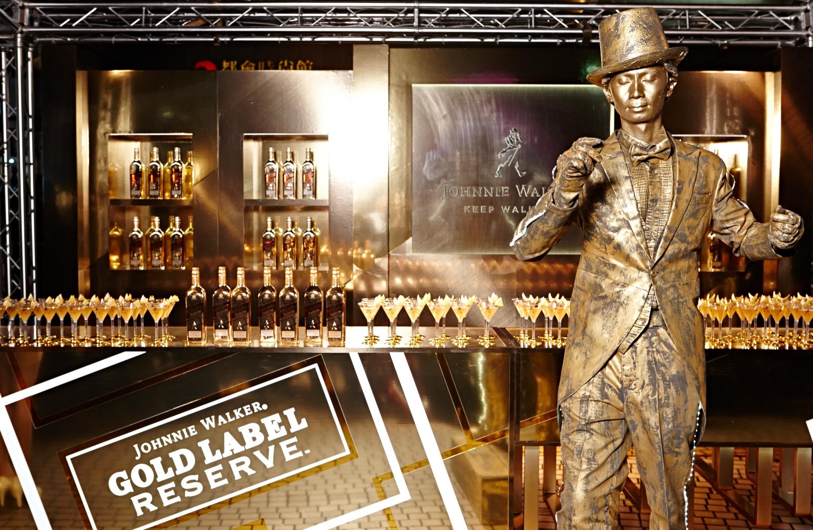 JOHNNIE WALKER®再度與微風之夜攜手合作,於現場設置「JOHNNIE WALKER®金牌珍藏™酒吧」,更安排行動藝術家化身「JOHNNIE WALKER®邁步向前的紳士」與貴賓互動同歡