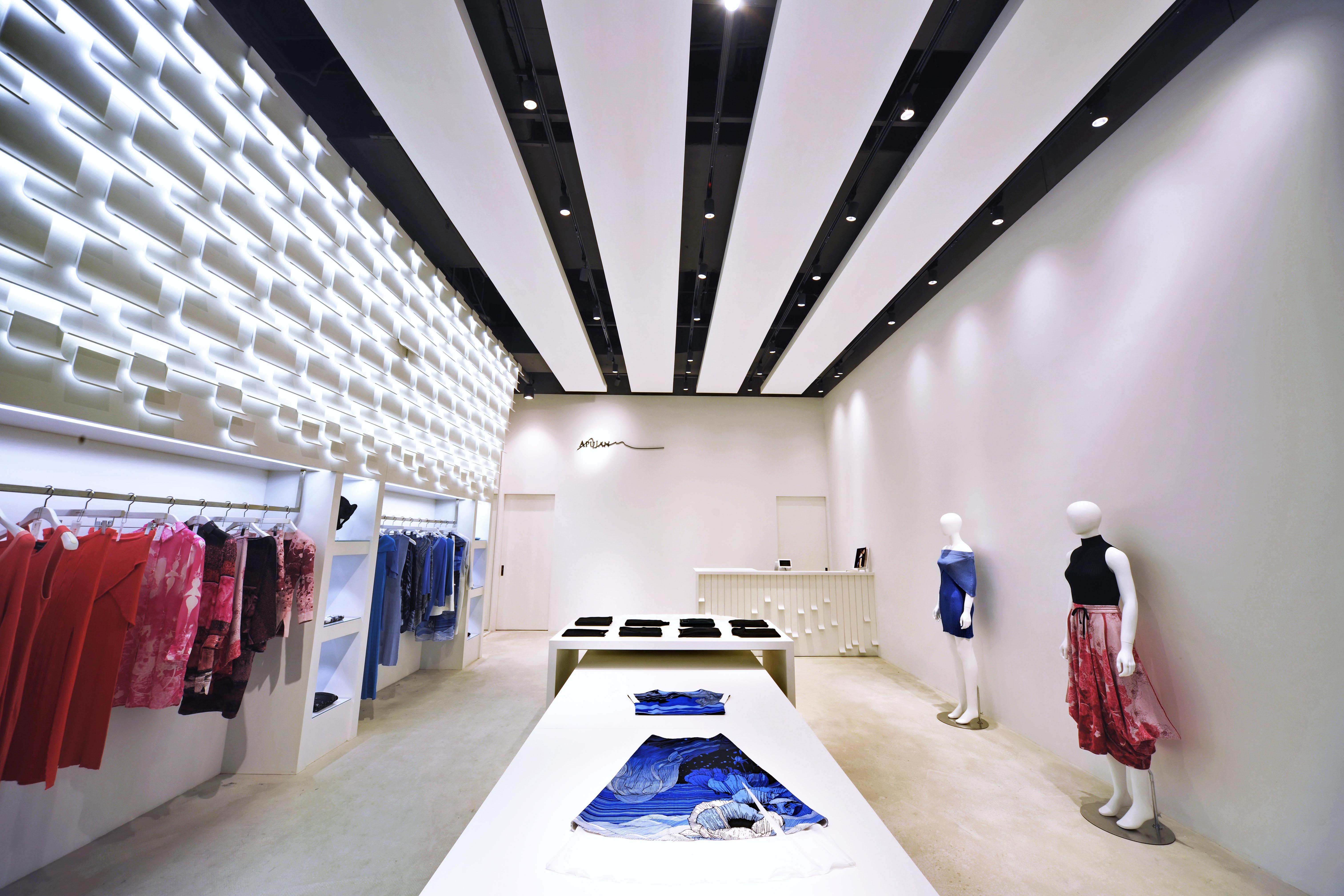 彎曲金屬板穿插著未來世界般的燈光遍佈於櫥窗木箱、服務櫃檯及櫃內牆