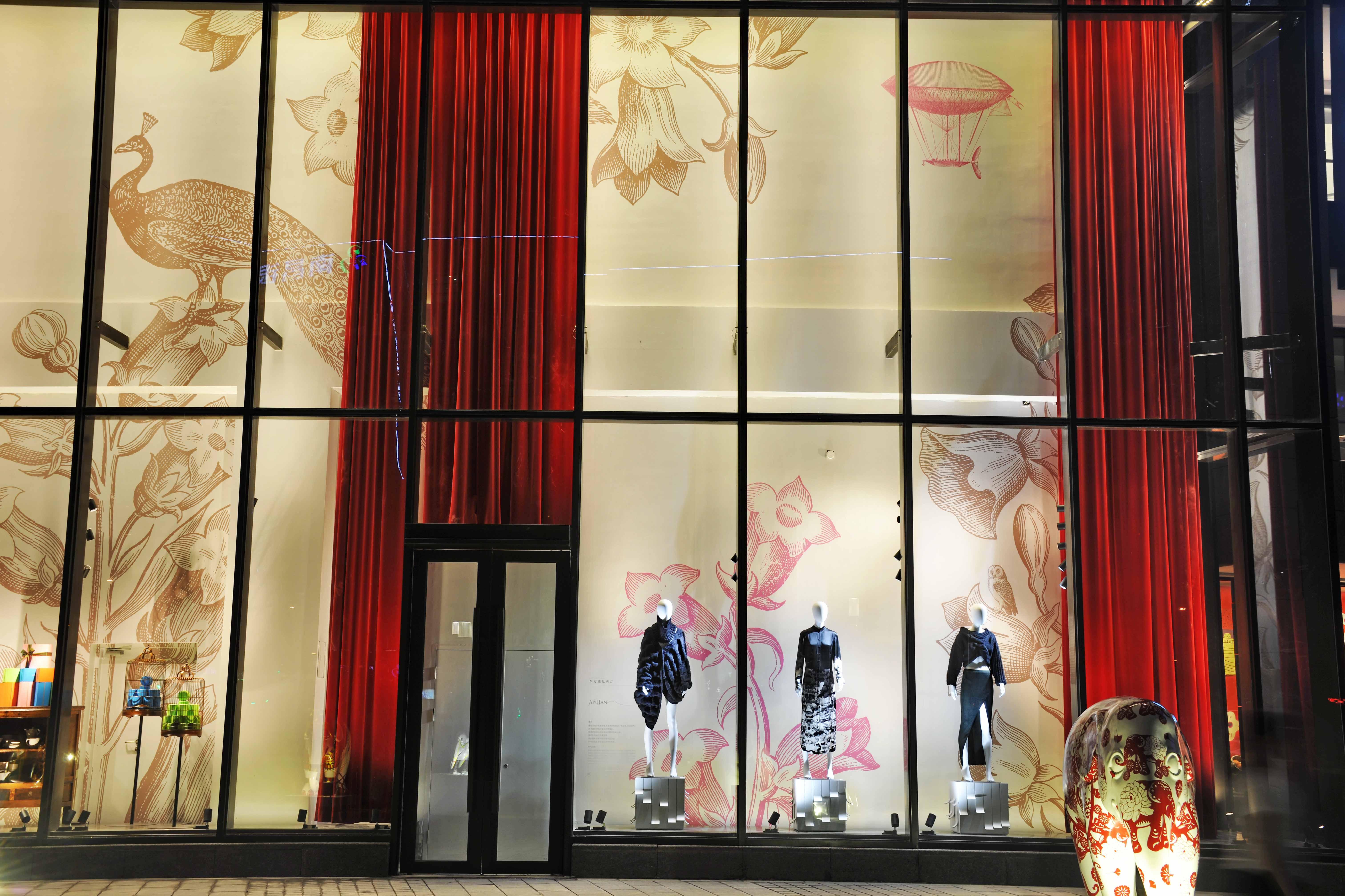百貨店外櫥窗展示了多款粗針毛衣及針織服裝,展現品牌以針織見長的設計風格