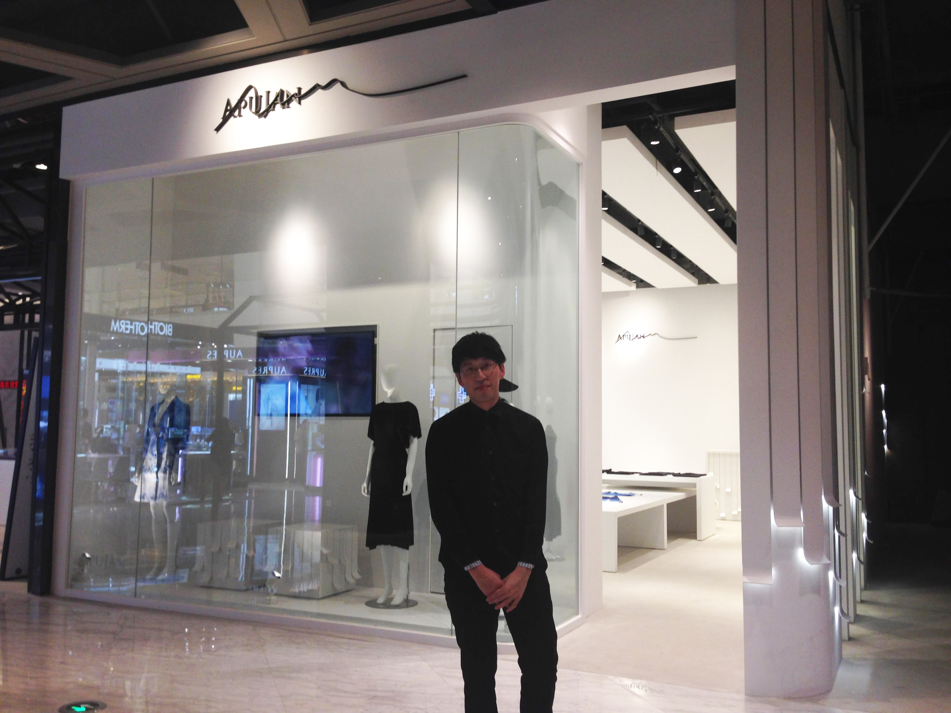 詹朴與首家品牌概念店外部合照