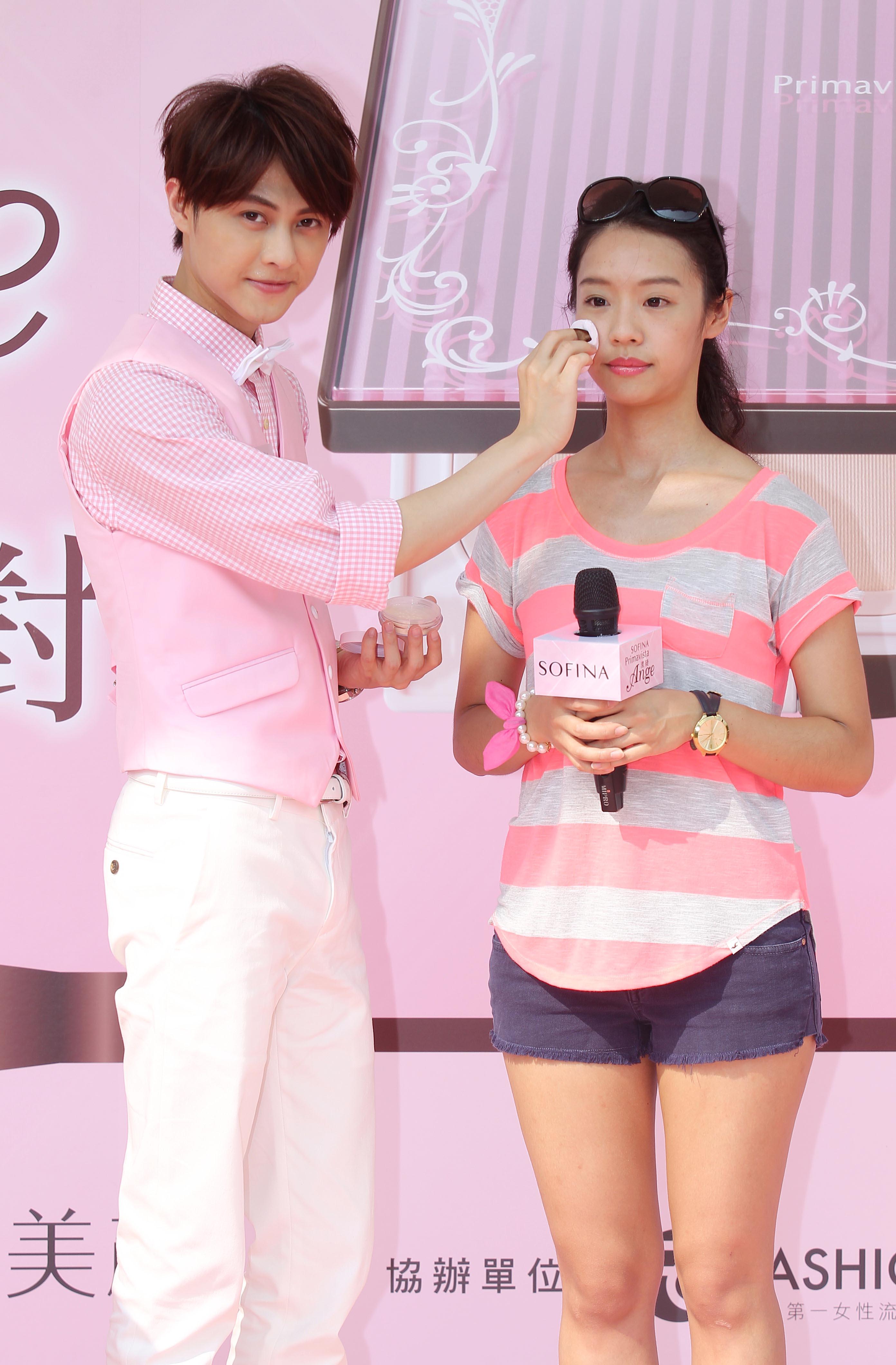 圖4:高人氣偶像「王子-邱勝翊」使用SOFINA漾緁控油瓷效蜜粉,為漾緁女孩打造令人心動的天使肌底妝