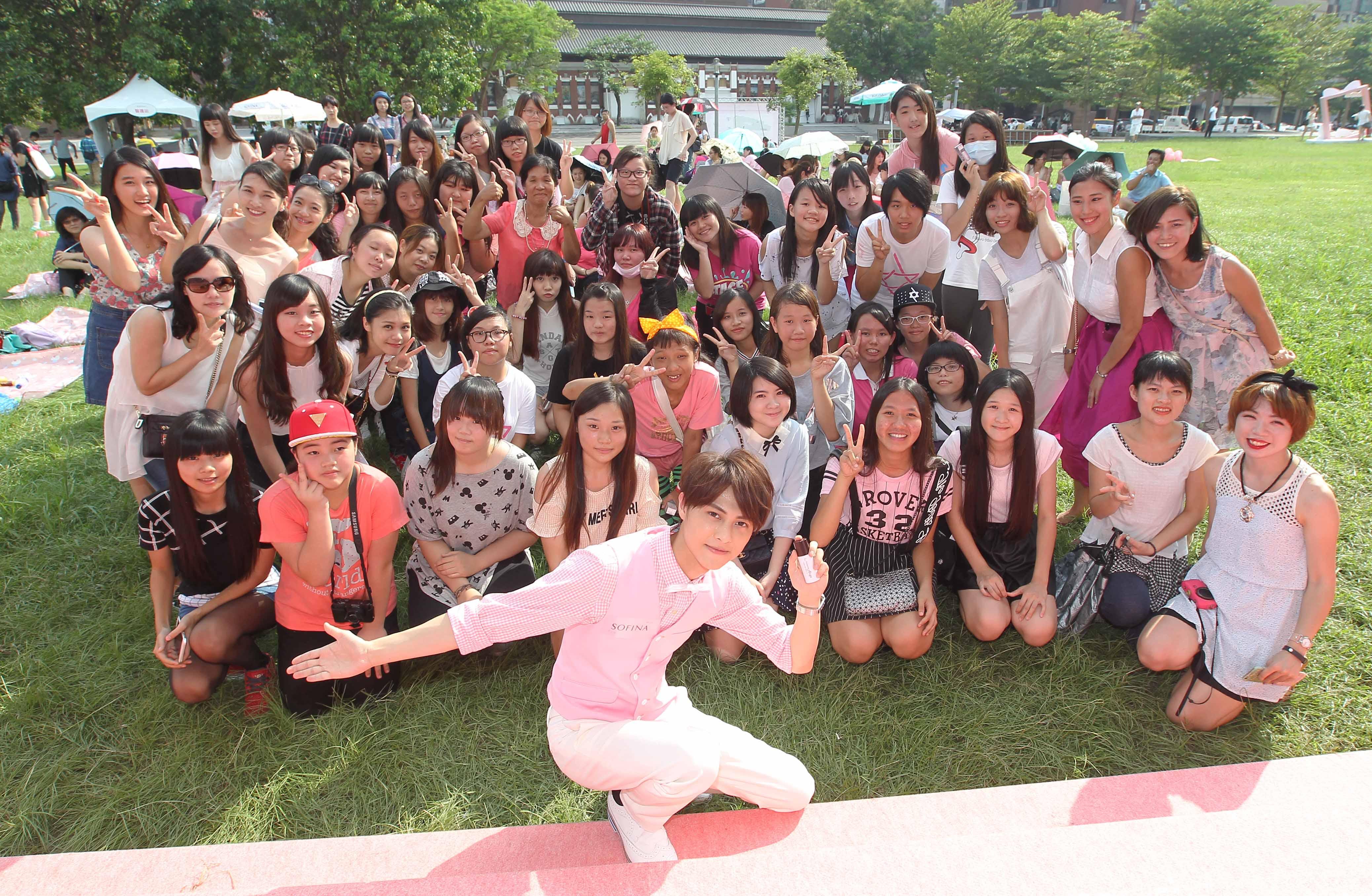圖6:漾緁女孩們齊聚草原玩妝聊時尚,與王子-邱勝翊一起沉醉粉紅愛戀的野餐時光