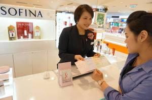 2015花王響應粉紅絲帶 Sofina專櫃發放自我檢查手冊