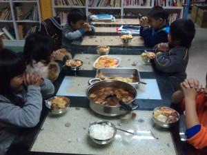 孩童於海端書屋用餐照片