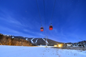 Club Med亞布力度假村,為賓客提供出門即可滑雪的便利,有專門為初學者設計的五條魔毯雪道,另有全中國最長的高山滑道!不管初學者或滑雪專家,均能在此享受馳騁雪場的樂趣!