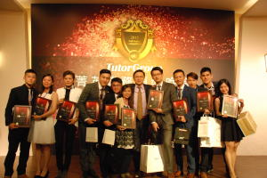 TutorGroup CEO楊正大於秋季菁英盛宴頒獎給績優員工