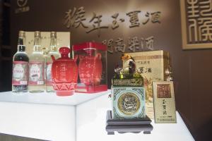 左-建廠60週年紀念酒.中-鴻龍佳釀.右-猴年玉璽酒
