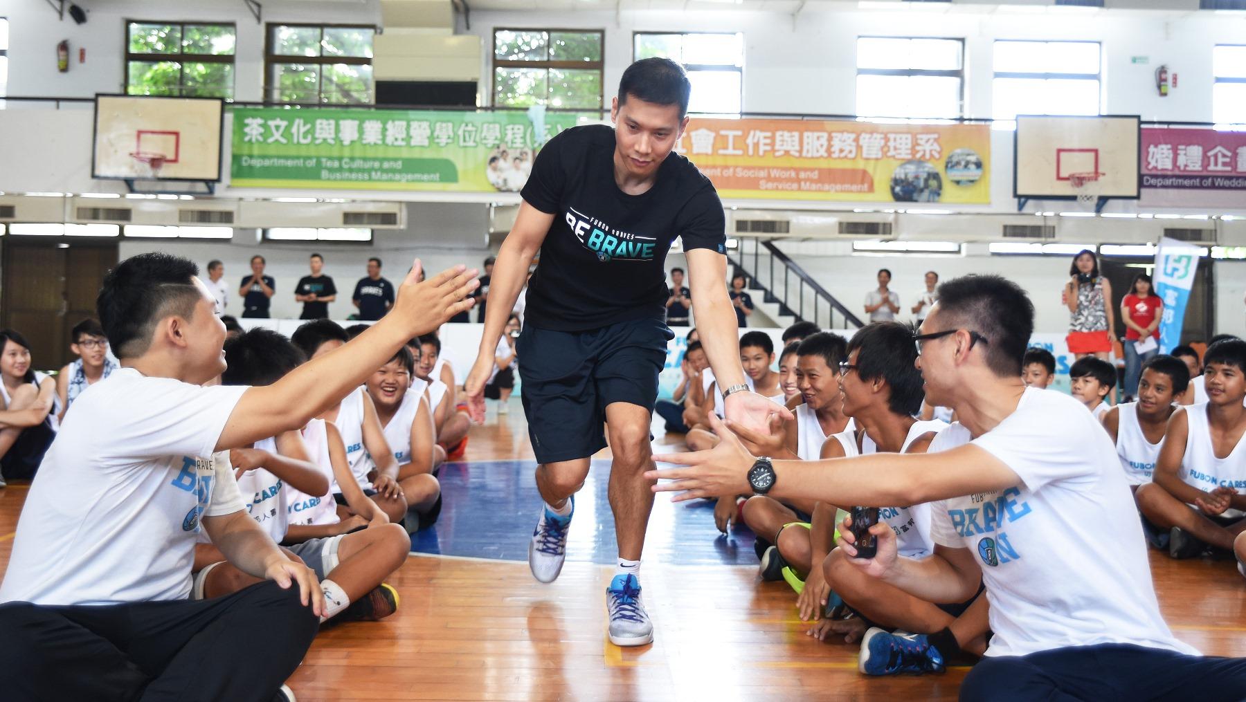 富邦0823_公益籃球營由總教練顏行書領軍