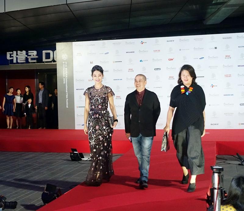 《MRS K》演員惠英紅(左起), 導演何宇恆, 監製鄭碧雪 出席釜山影展