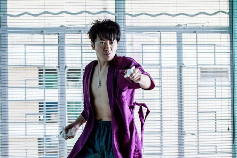 孫耀威只穿內褲和睡袍演出