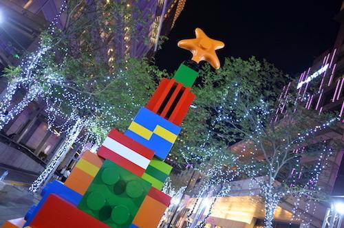 用禮物蓋成的許願樹是「愛.sharing奇幻積木樂園」的地標,指引著大家許願屋的方向