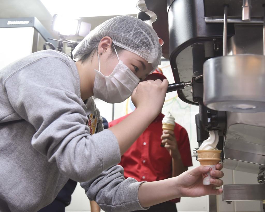 【圖五】簡單其實不簡單! 麥當勞職場體驗嘗試親身實作蛋捲冰淇淋,挑戰手勁的奧秘!