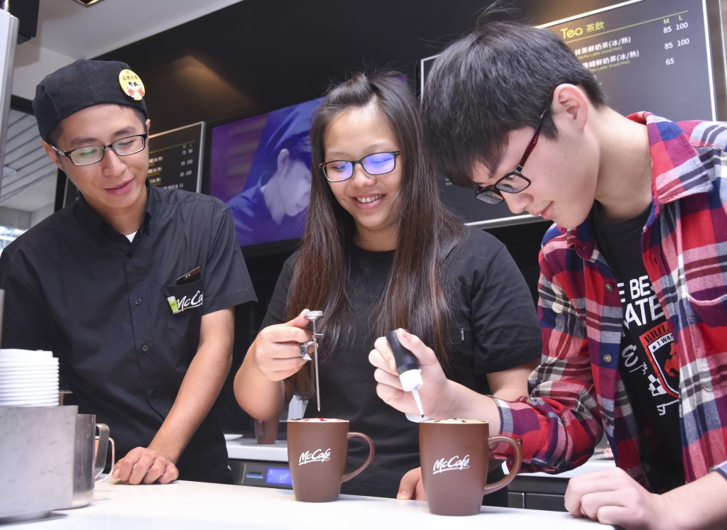 【圖四】黑金正夯! 近距離體驗Mc Café咖啡師拉花好手藝,咖啡雕花第一次就上手!