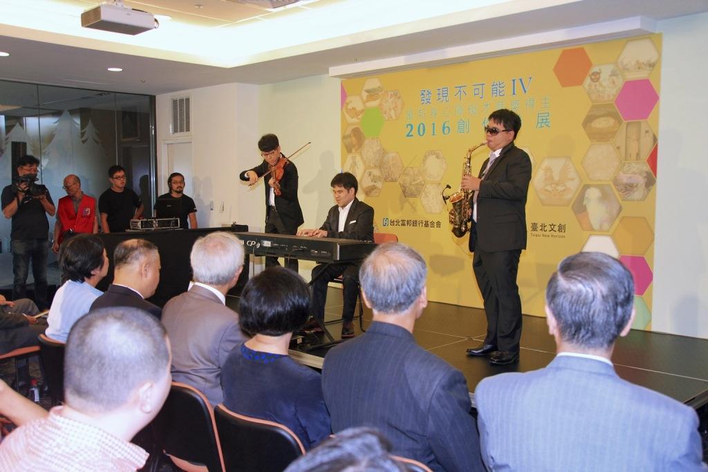 第27屆金曲奬最佳作曲人也是富邦身心障礙才藝獎得主黃裕翔於才藝獎創作聯展開場演出