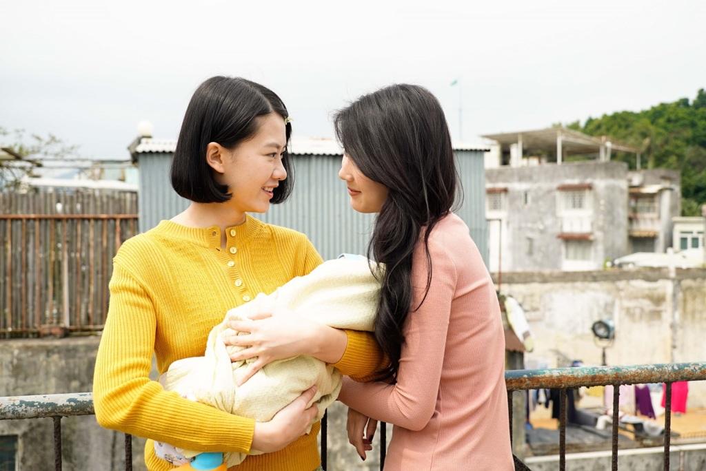 廖子妤(左)與余香凝片中一起照顧孩子 2