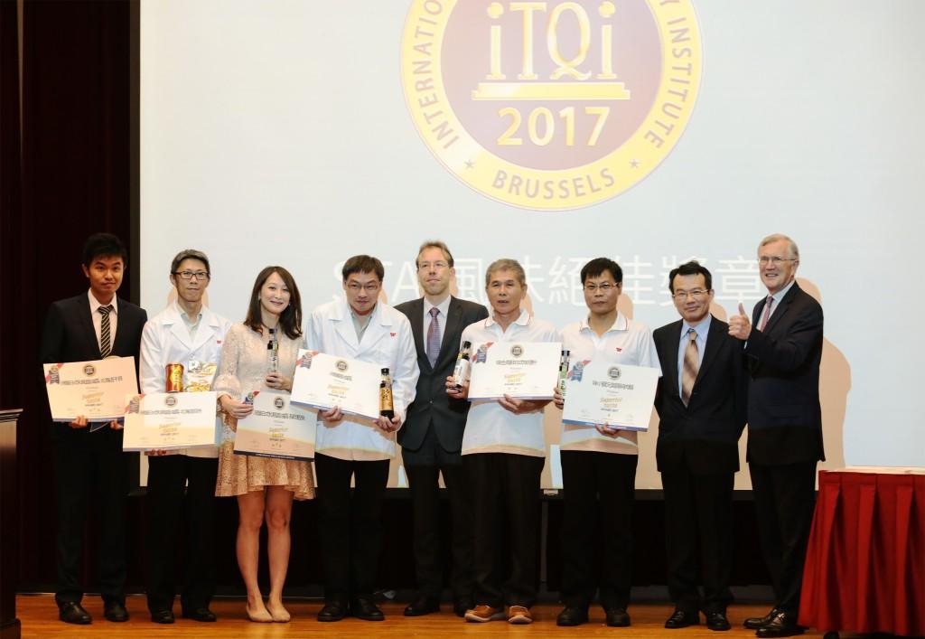 獲獎團隊與iTQi協會行銷副總裁JeanPierre Goeseels(右一)及比利時台北辦事處處長范睿可(中)合影