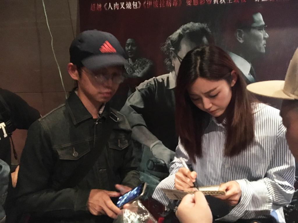 衛詩雅為觀眾簽名