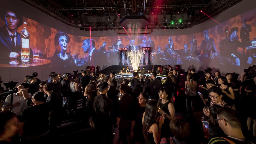 Steven Klein前衛辛辣的運鏡風格,無論從平面或影像視覺,都成功傳達「蒸餾」與「橡木桶陳年」捕捉了時間的過程,瞬間抓住觀者的心靈,是威士忌與藝術界合作的一大突破