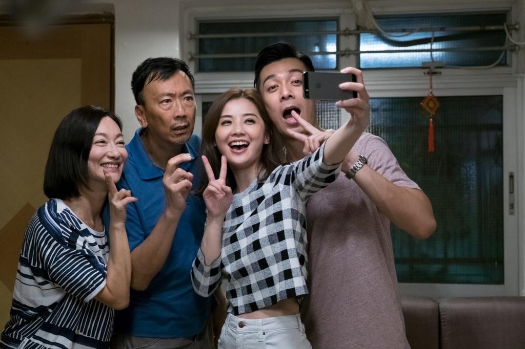 阿Sa在戲中也與惠英紅(左一)及鄭丹瑞(左二)飾演一家人 周柏豪(右一)演出阿sa男友