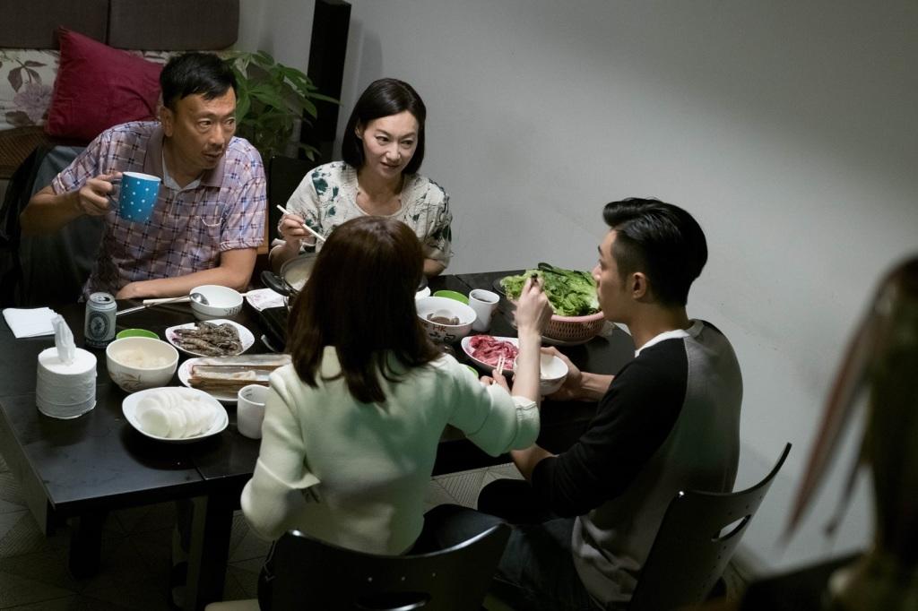 阿sa(前左)戲裡帶男友周柏豪(前右) 和母親惠英紅(後右)、父親鄭丹瑞(後左)一起吃飯