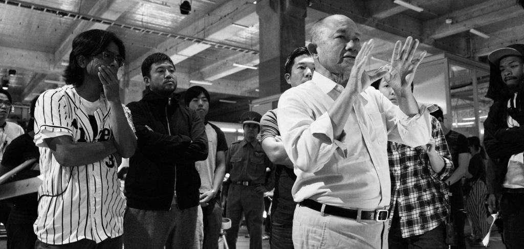 吳宇森導演與劇組人員討論拍攝畫面