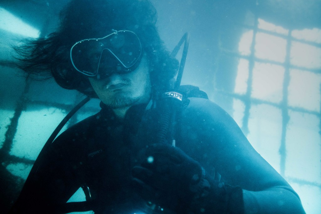 余文樂表示連續一個月 背着氧氣瓶潛水10小時 體力消耗很大