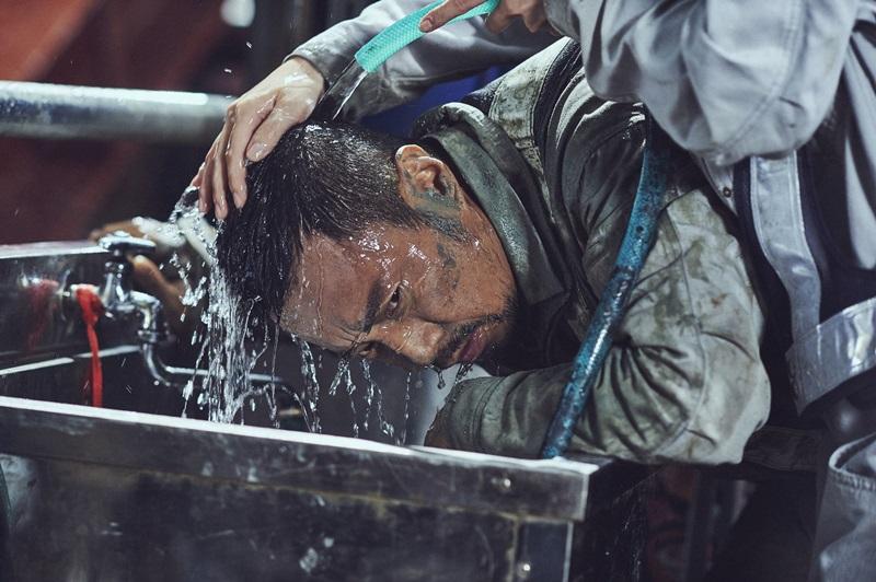 女警櫻庭奈奈美幫滿身泥濘的張函予洗臉