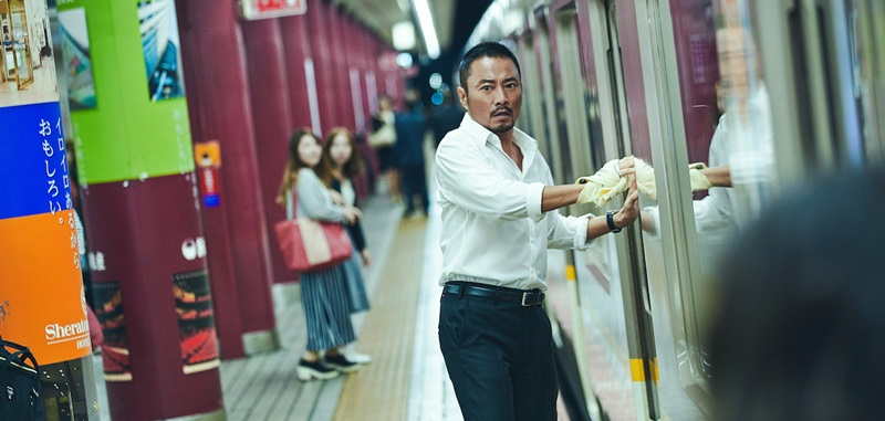 張涵予飾演的律師杜丘 在地鐵站躲避警方追捕