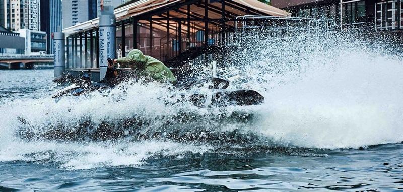 張涵予騎水上摩托車