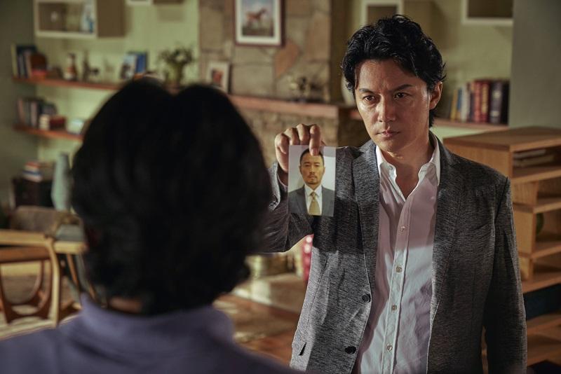 福山雅治飾演矢村警探全力追捕