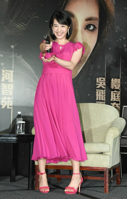飾演女警的櫻庭奈奈美持槍