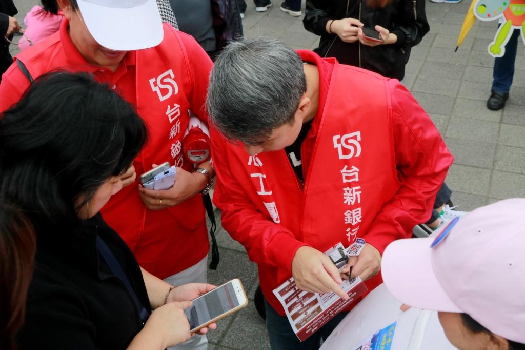 20171113_台新志工同社褔團體  街頭快閃募票新聞稿照片(1)