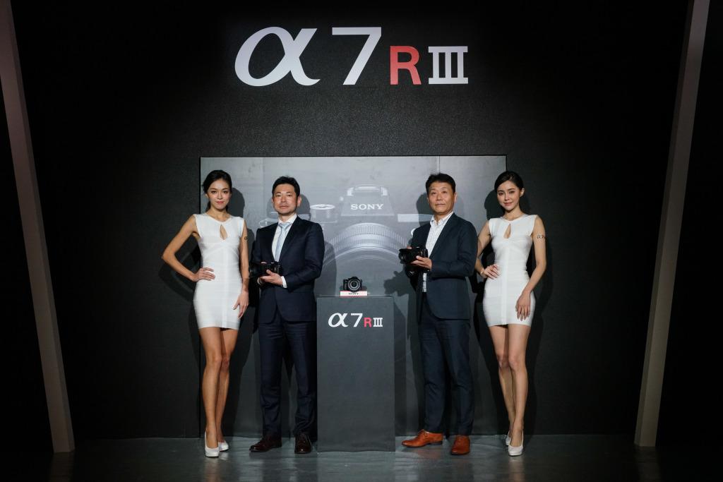 Sony 今(28)發表 a7Rlll + FE  24-105mm F4 G OSS 標準變焦鏡頭,Sony長官共同揭幕合影