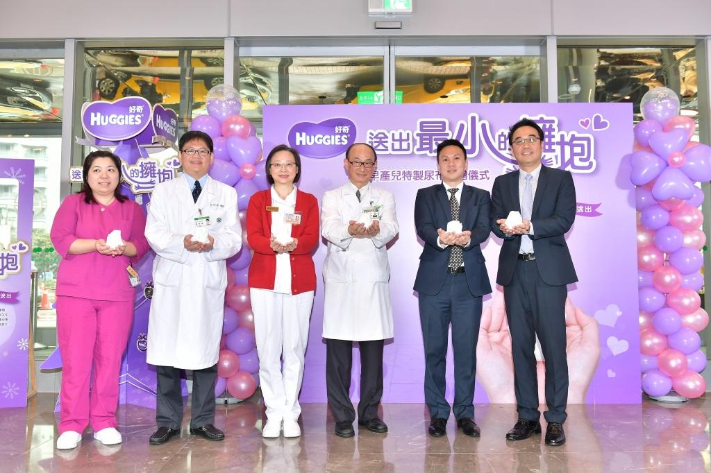 聖誕節將至,好奇品牌捐出1萬3千片早產兒尿布給亞東醫院, 可供1800公克以下早產寶寶專用的特製尿布,比一個成人的雙手手掌心還小-2MB