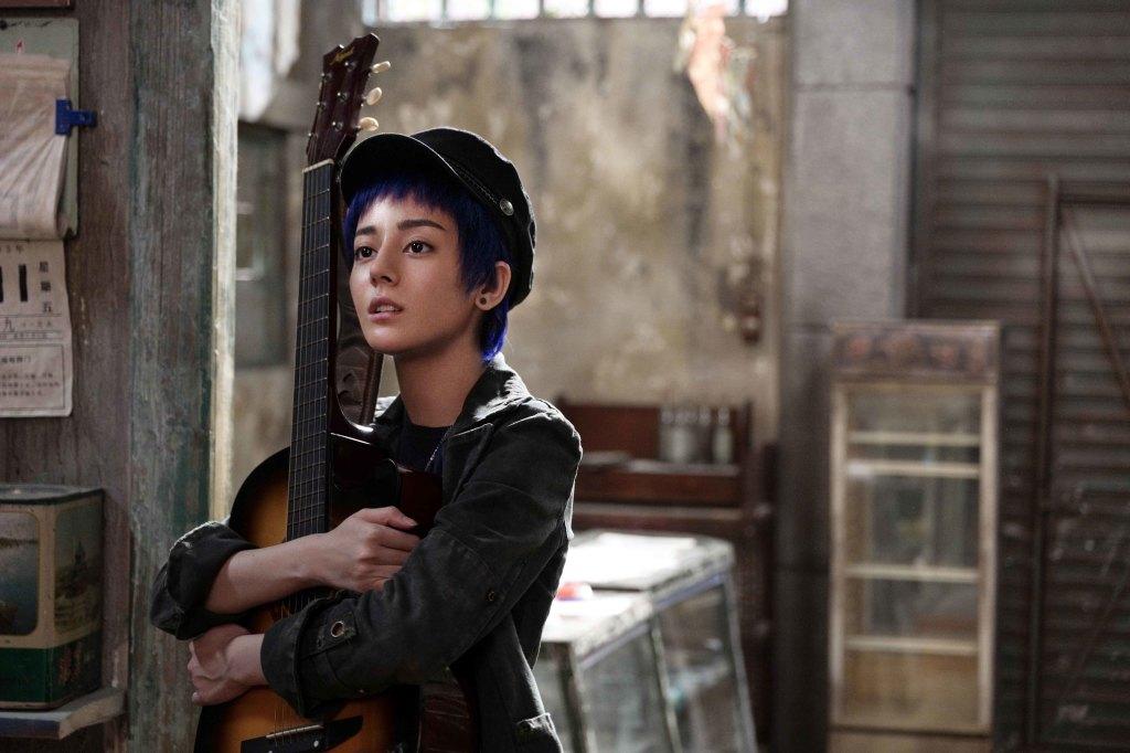迪麗熱巴為戲苦練吉他不離手