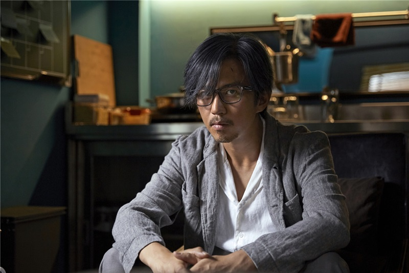鄧超以灰白頭髮加眼鏡的低調造型扮演神探2