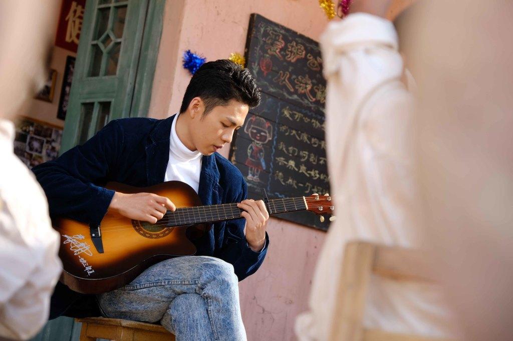 李鴻其彈吉他