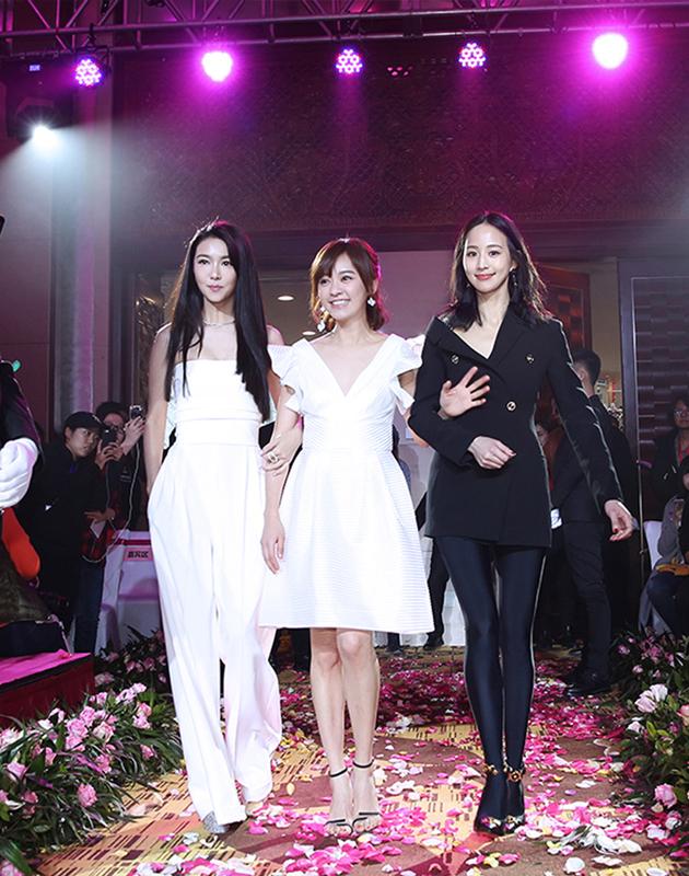 薛凱琪、張鈞甯扮最美伴娘 陪穿婚紗的陳意涵走红毯