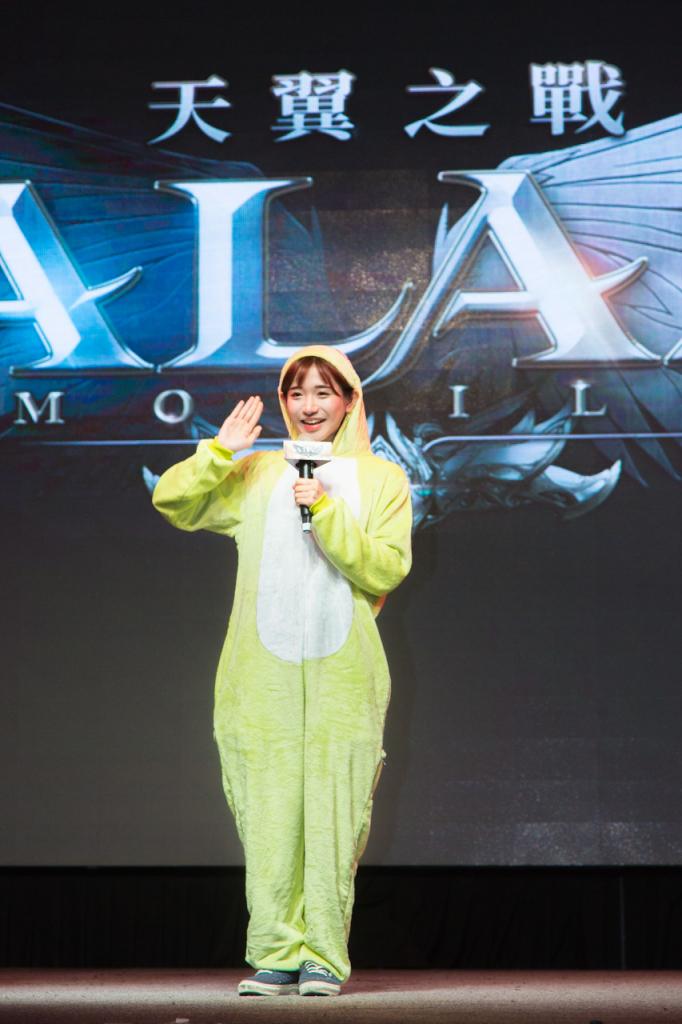 韓國美女實況主「企鵝妹」穿上一身超Q青蛙裝以特別嘉賓身分站台