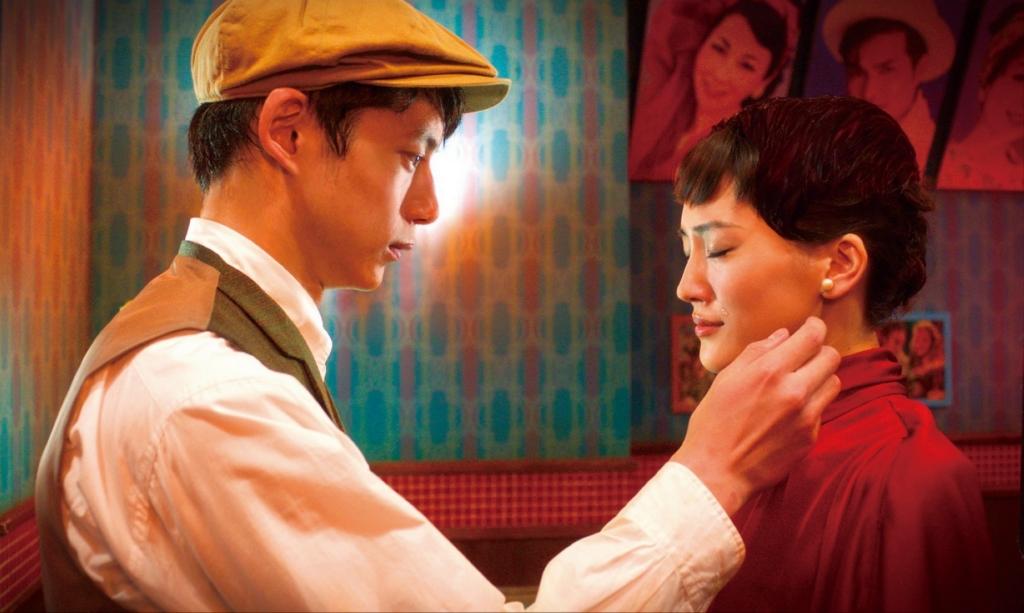 綾瀨遙(右)飾演從黑白電影來到現實世界的公主,與坂口健太郎(左)上演穿越時空的愛戀