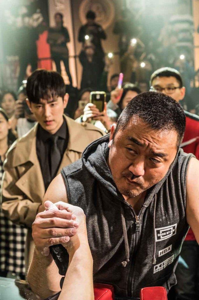 韓國力量男神馬東石(右)與實力派帥哥經紀人權律(左)攜手挑戰腕力比賽冠軍