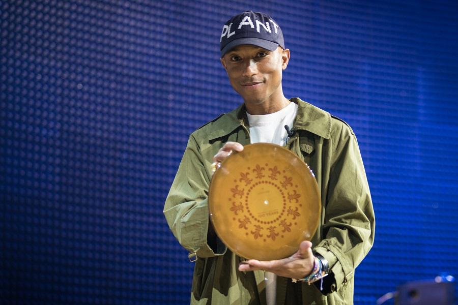 Pharrell Williams在《100 YEARS》上海發佈會上把手中由法國干邑地區的白堊土特別製成、收錄《100 YEARS》的黏土唱片放進由Fichet-Bauche特別製作保險箱中