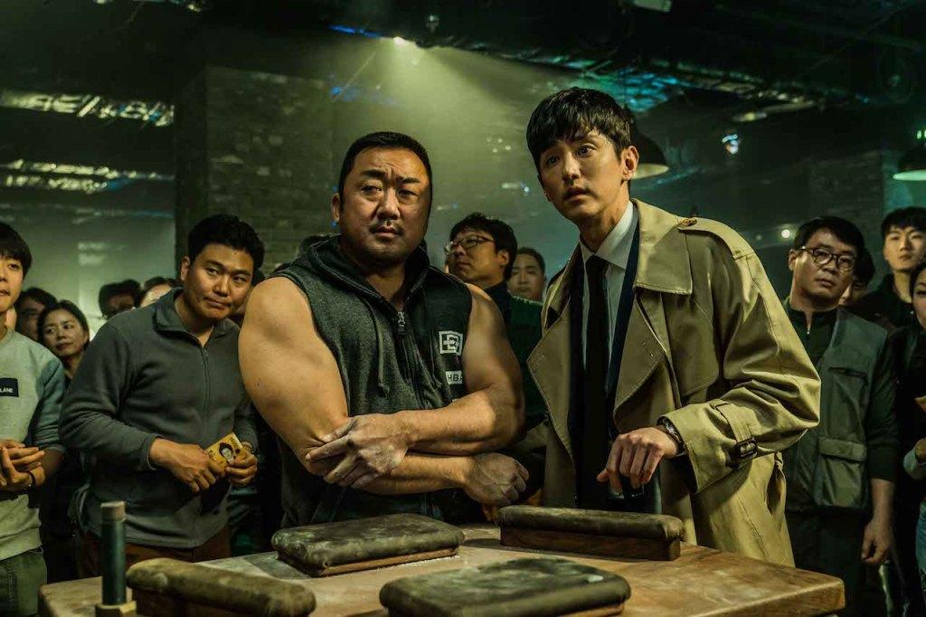 經紀人權律(右)與腕力賽選手馬東石(左)一同攜手闖蕩冠軍之路