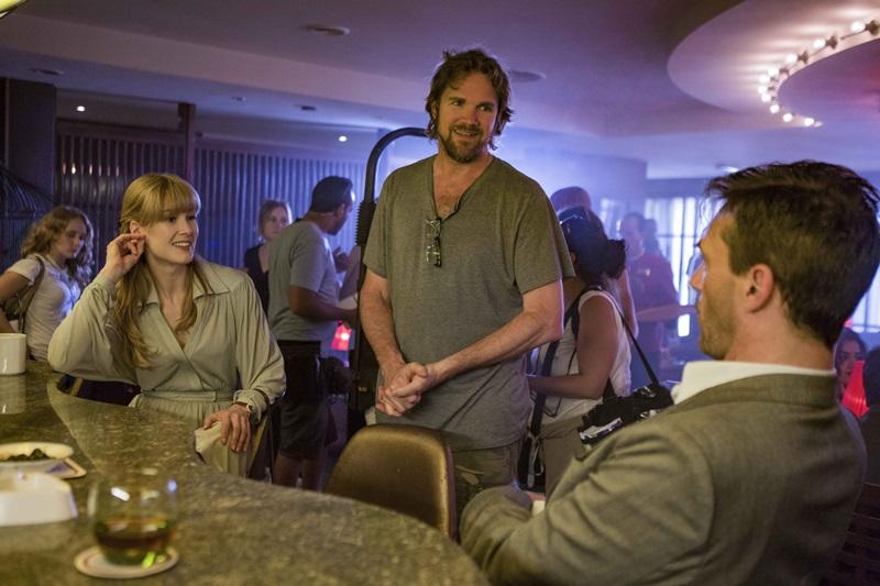 羅莎蒙派克與導演及喬漢姆討論演出內容