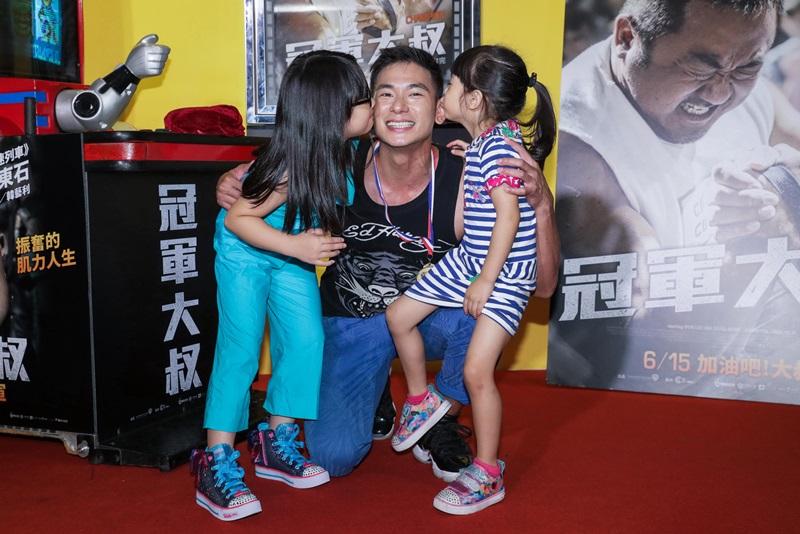 女兒小菩(左)小緹(右)向爸爸亮哲(中)獻吻 畫面溫馨可愛