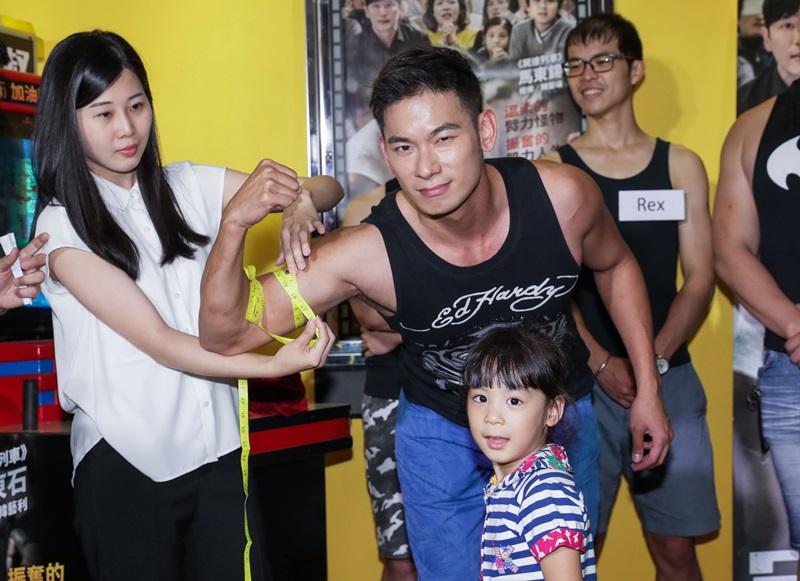 亮哲秀出肌肉 測量出14.5吋的健壯手臂圍