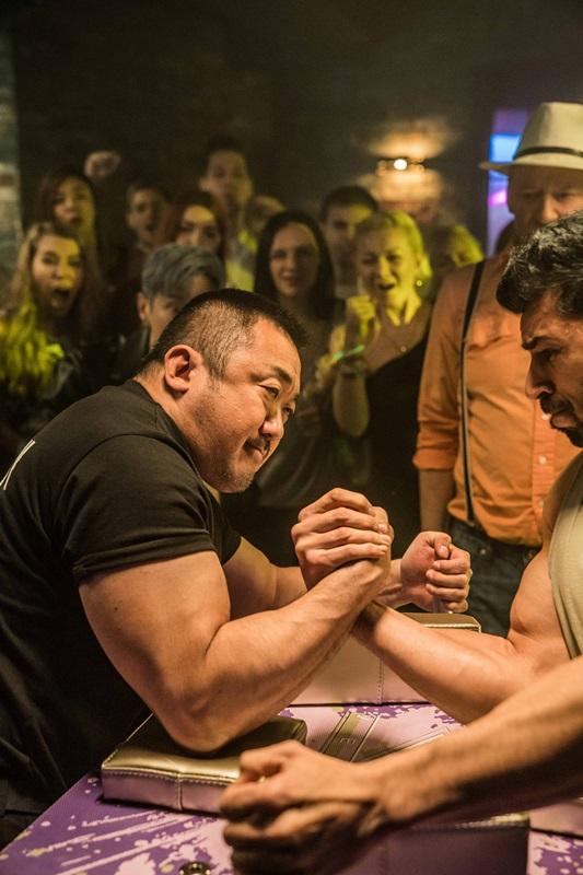 魅力大叔馬東石主演的《冠軍大叔》是以腕力賽為題材 同時也有多種趣味的電影