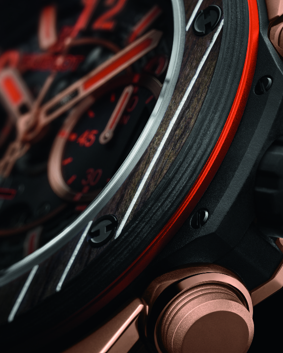 錶殼採用碳纖維及柚木